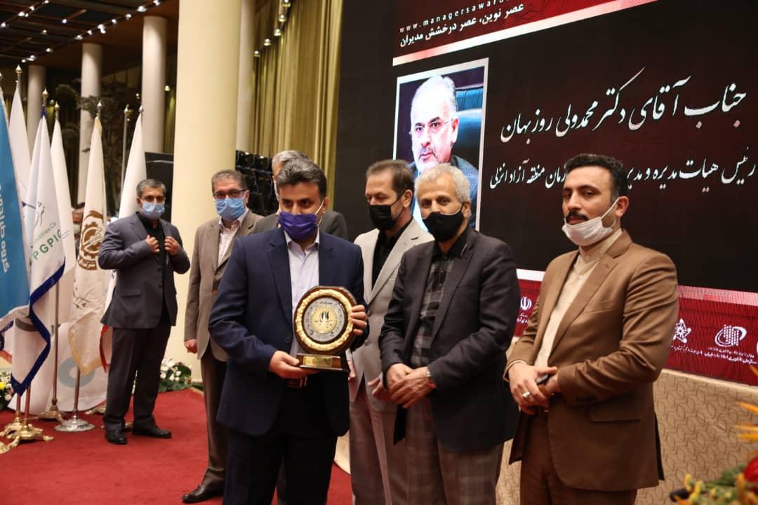 اهدای تندیس نشان عالی مدیر سال ایران به مدیر عامل سازمان منطقه آزاد انزلی